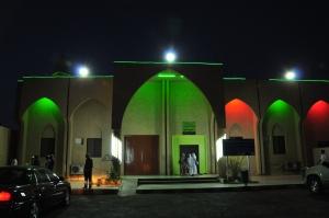 masjid dengan lampu warna-warni